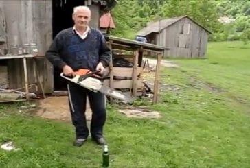 Ouvrir une bière avec une tronçonneuse