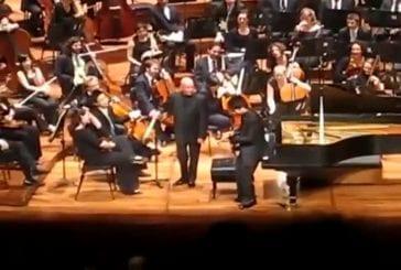 Pianiste joue avec son ipad durant le concert