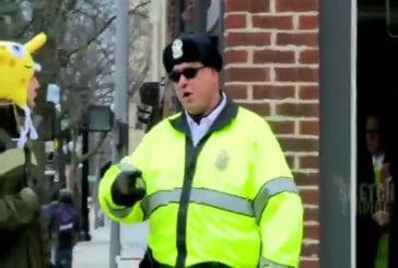 Pisser dans la rue devant la police