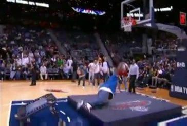 Un gros tente un dunk de basket ball FAIL