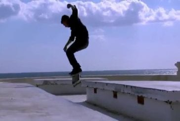 Kilian Martin fait une démonstration de skateboard