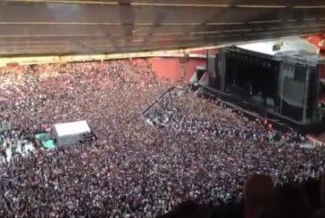 La foule chante Bohemian Rhapsody avant le concert de Green Day