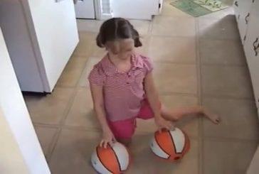 Fille de 8 ans jongle avec des ballons de basket