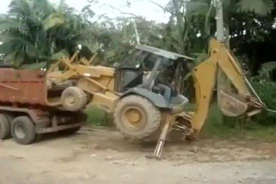 Etonnante maîtrise de son engin de chantier