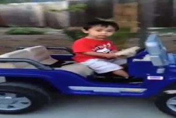 Petit garçon s'endort au volant