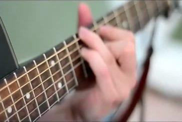 Cordes de guitare vues par une caméra à haute vitesse