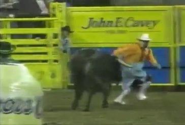 Clown de rodéo fait un backflip au dessus d'un taureau