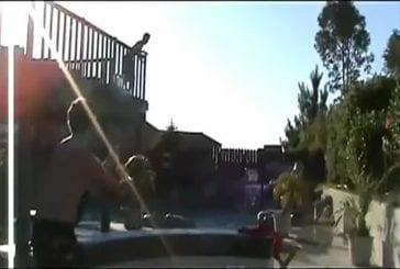 Dunk de basket dans la piscine