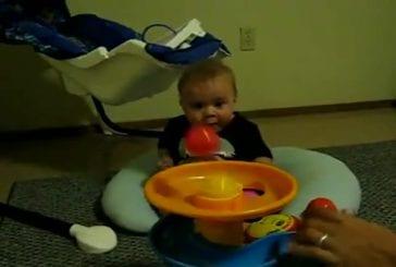 Bébé fasciné par un jeu de boules