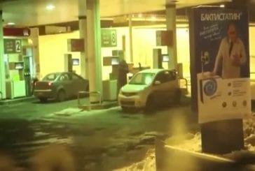 Femme lave ses vitres avec de l'essence