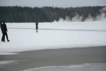 Luge à moteur sur la glace