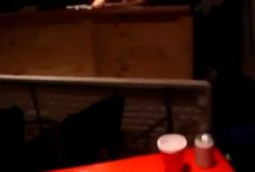 Grand-papa joue au bière-pong
