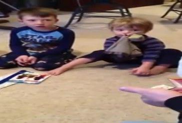 Enfant de 3 ans reçoit son cadeau de Noël