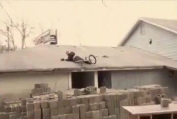 Cascade ratée sur un toit avec un vélo