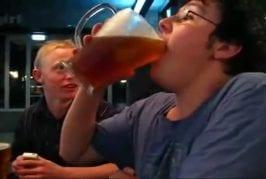 Ce mec boit 2 litres de bière en moins de 5 secondes