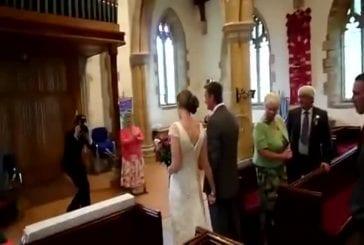 Le pire entrée dans l'église lors d'un mariage