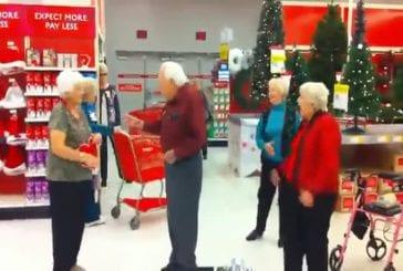 Des retraités tournent un clip dans un supermarché