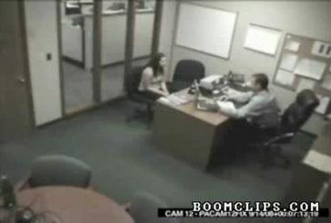 Elle pète un plomb dans le bureau de son chef