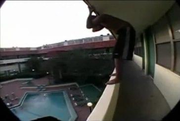 Il saute dans la piscine du balcon de sa chambre