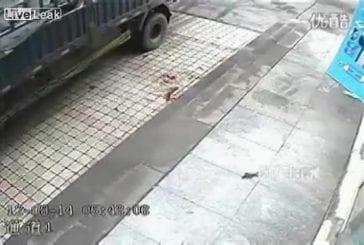 Il se fait projeter au sol par un pneu