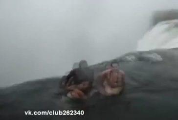 Ils se baignent au bord d'une chute d'eau