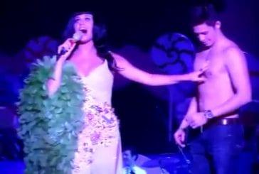 Katy Perry embrasse encore un fan lors d'un concert