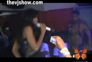 Kelly Rowland montre ses seins lors d'un concert