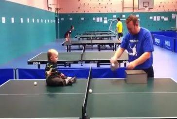 Un bébé joue au ping pong