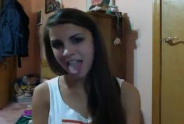 Une fille qui danse avec sa langue