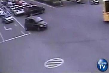 Fillette tombe de la voiture au milieu de la route