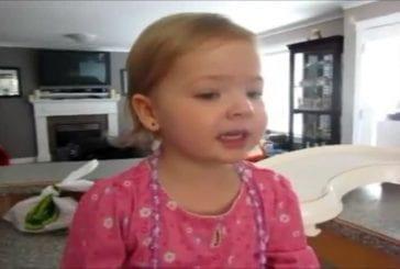 Une petite fille de 2 chante Adèle