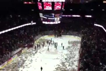 Une pluie d'ours en peluche dans un match de hockey