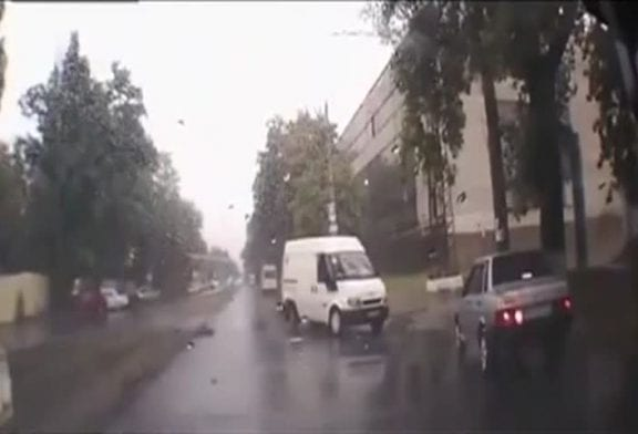 Un camion explose sur trou d'égout