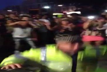 Danse de policiers durant le carnaval de Notting Hill