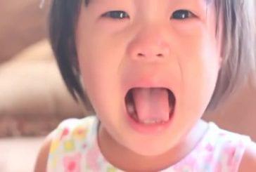 Papa intelligent arrête facilement un bébé qui pleure