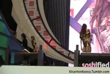 Mec essaie de kidnapper une pop star pendant qu'elle est sur scène