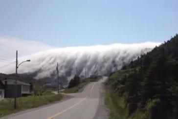 Brouillard ressemblant à des montagnes géantes