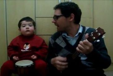 Adorable enfant de 2 ans chante