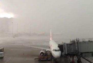 Aéroport de Hong Kong sous une tempête gigantesque