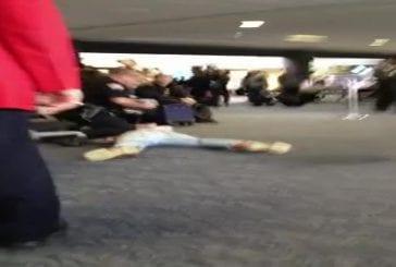 Bronson Pelletier bourré pisse dans l'aeroport