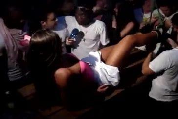 Brunette finit topless en boite de nuit