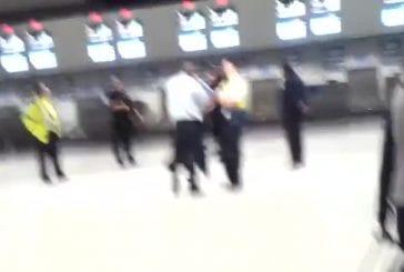 Homme tout nu dans l'aeroport Luton de Londres