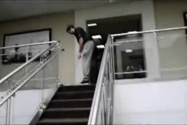 Jouer au golf dans les escaliers