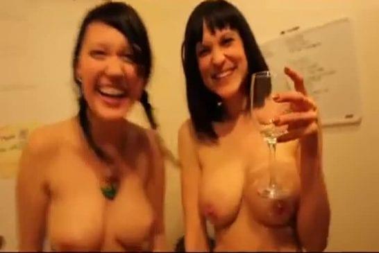 Soirée nue entre copines sexy