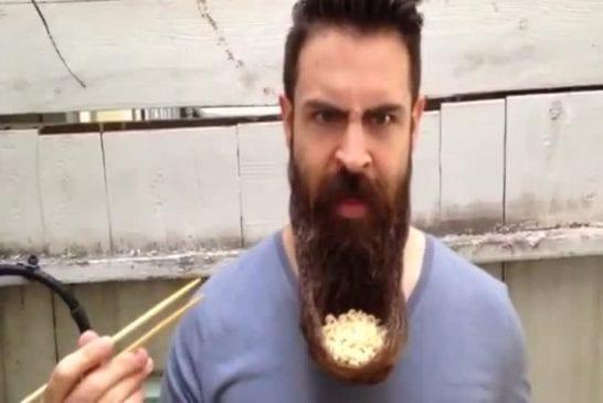 Manger des nouilles dans un bol en poil