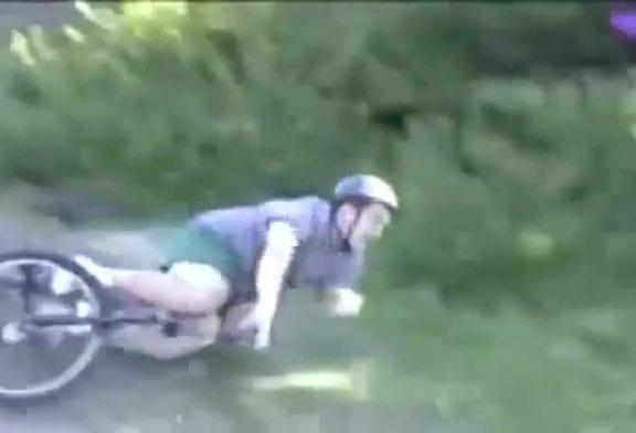 Petit gros tombe en vélo