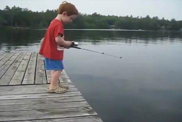 Garçon attrape des poissons en un temps record