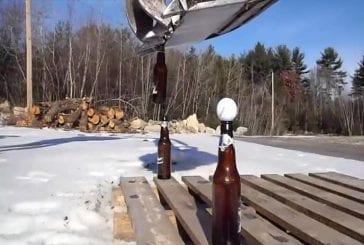 Décapsuler une bouteille de bière avec une pelleteuse