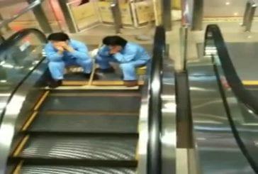 Nettoyage insolite d'escalator
