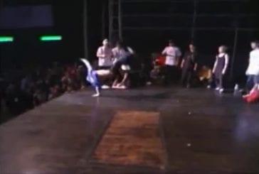 Breakdancer tombe hors de la scène
